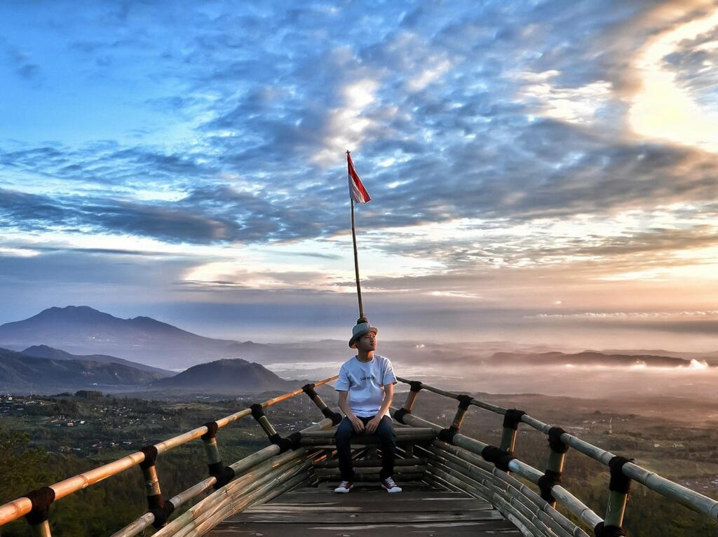 menikmati sunrise dari bukit