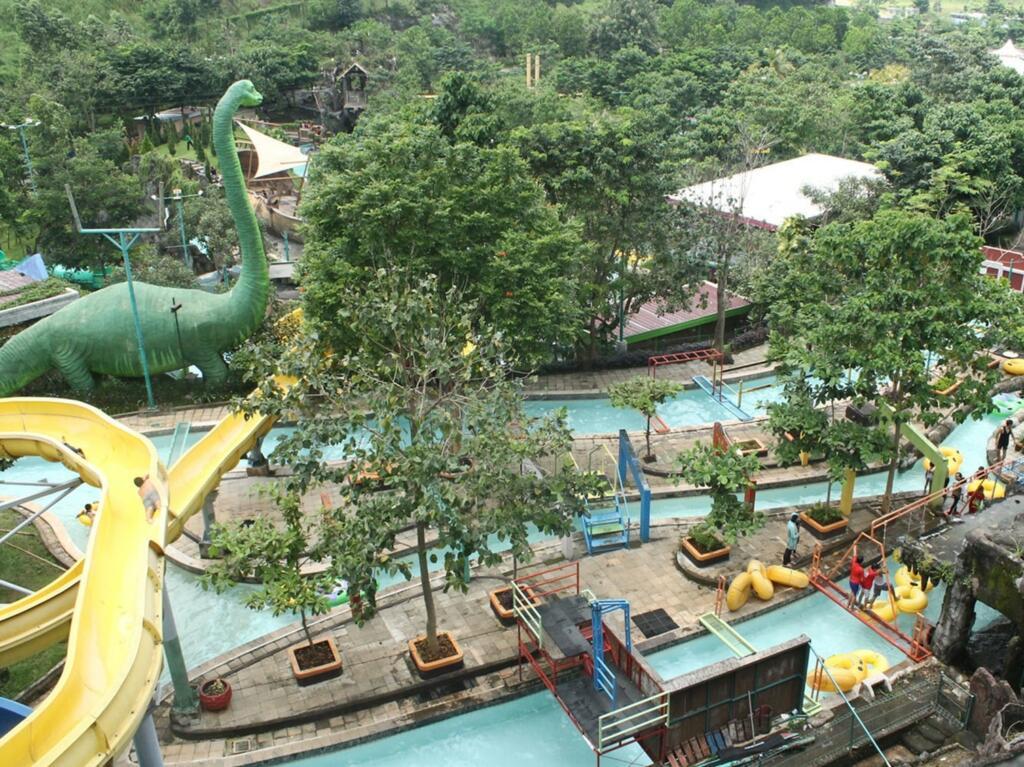 Water Blaster salah satu tempat wisata di semarang bertemakan permainan air