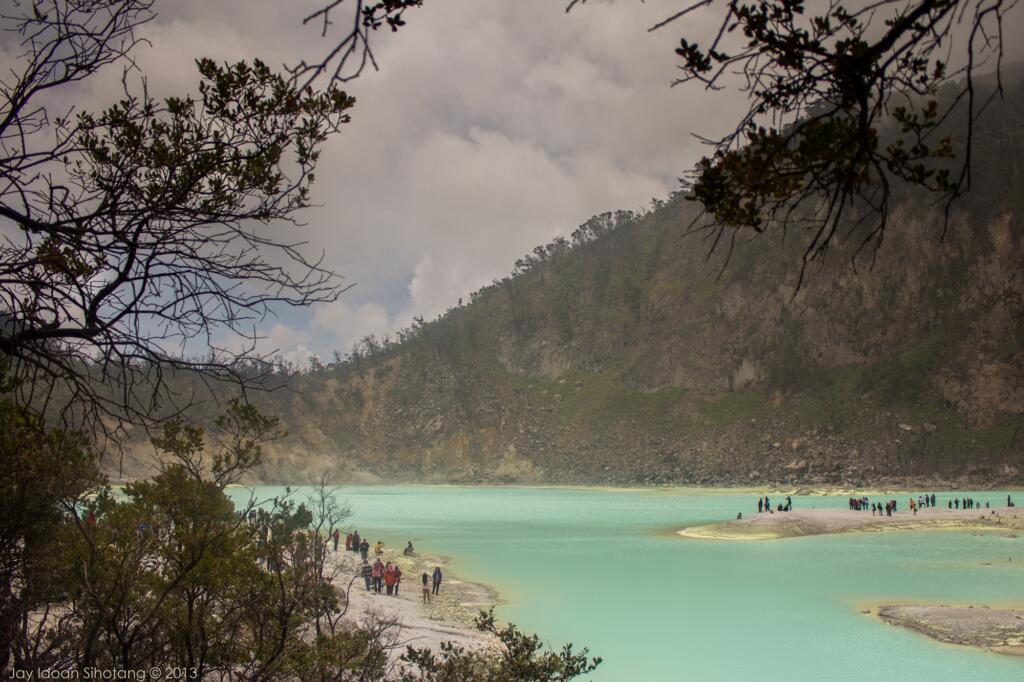 Kawah Putih Ciwidey tempat wisata di Bandung dengan keunikan kabut alami
