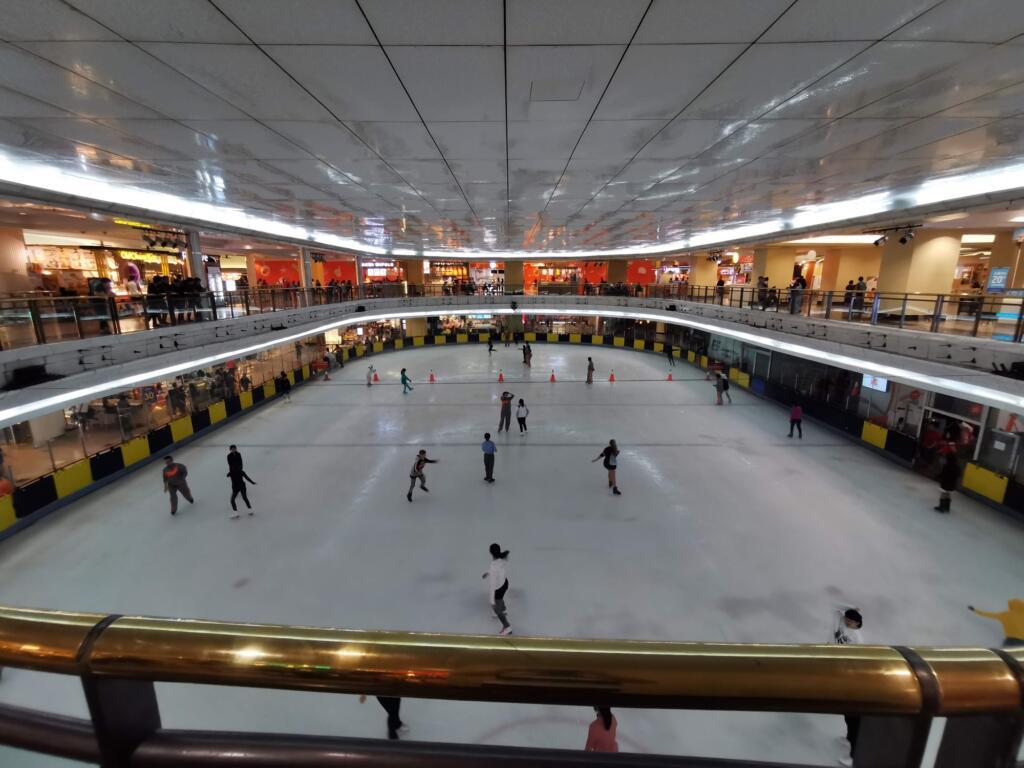 Ice Skating Taman anggrek tempat wisata di jakarta dengan wahana rink es
