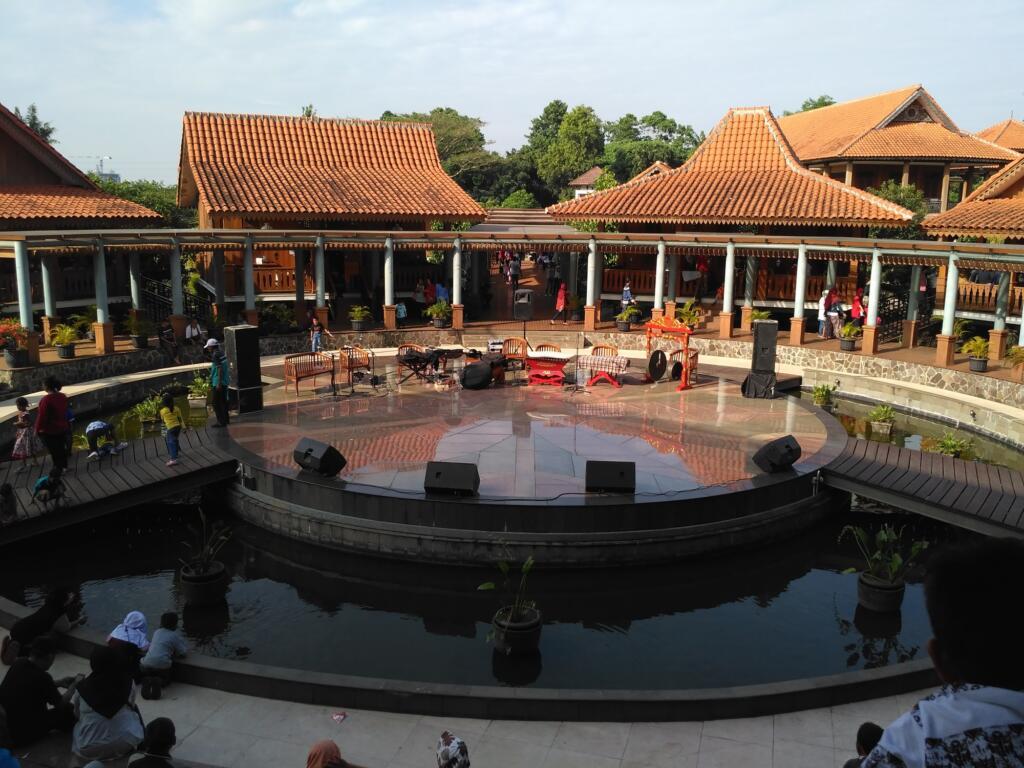 Pengunjung menunggu pertunjukan seni Betawi di kampung babakan