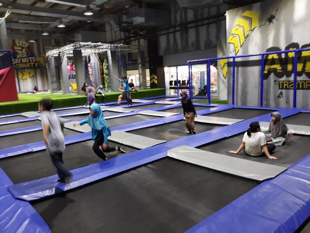 Pengunjung melompat dari satu trampolin ke trampolin lainnya