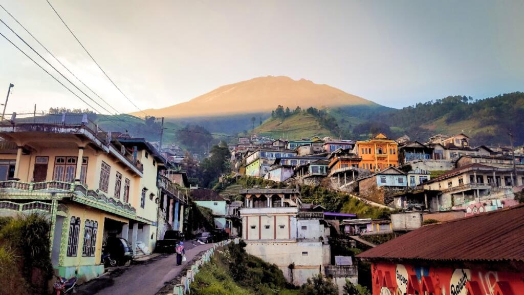 Pemandangan Indah Perkampungan dengan Gunung Sumbing