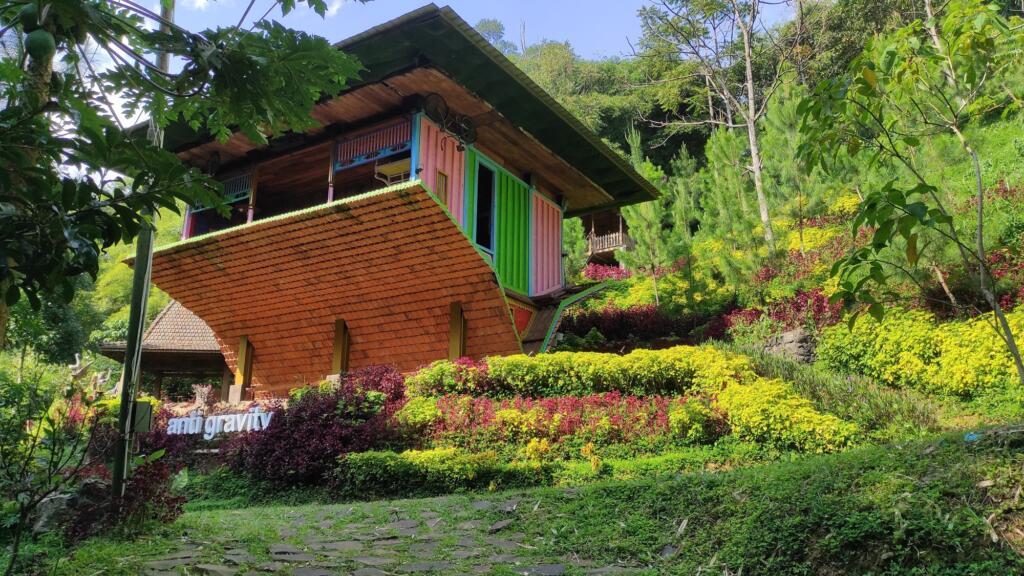 Dago Dream Park Tempat wisata di Bandung dengan spot foto rumah terbalik