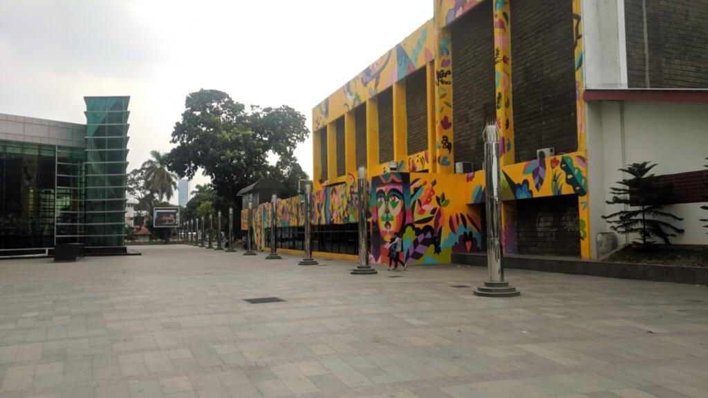 Dinding Taman Ismail Marzuki yang dihiasi mural membuat suasana lebih ceria