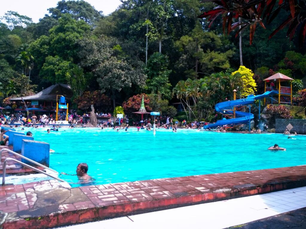 kolam renang di tengah perbukitan