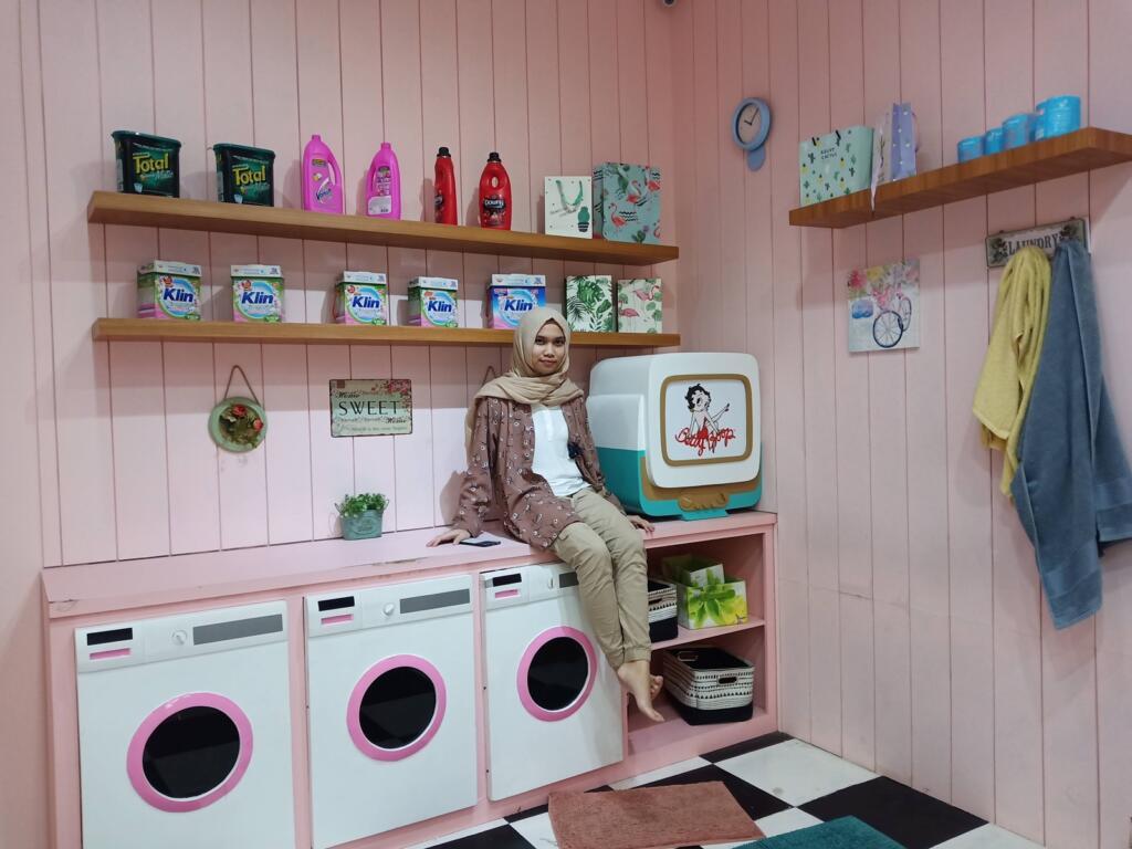 berfoto di ruang laundry