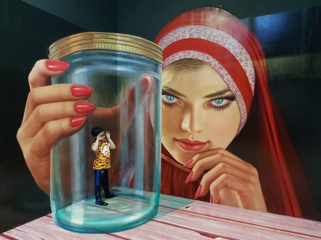 Pengunjung berpose di salah satu instalasi Magic Art 3D Museum