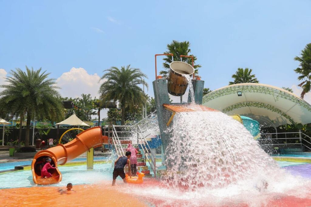 Panghegar Waterboom tempat wisata di Bandung dengan wahana permainan air lengkap