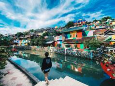 wisatawan berjalan melintasi kawasan Kampung Pelangi