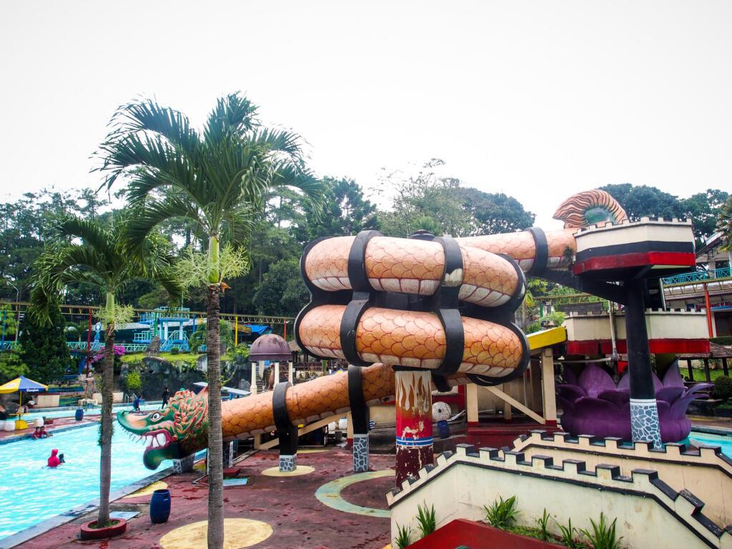 Kolam renang karang setra salah satu tempat wisata di Bandung bertemakan waterpark