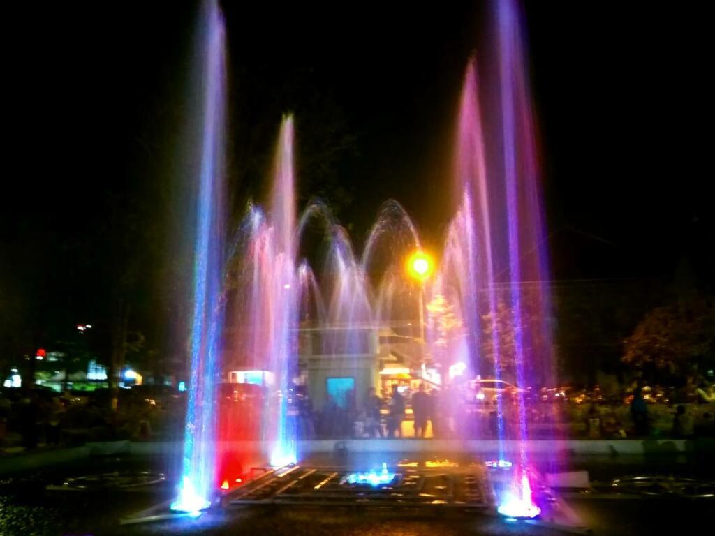 Air mancur menari warna-warni