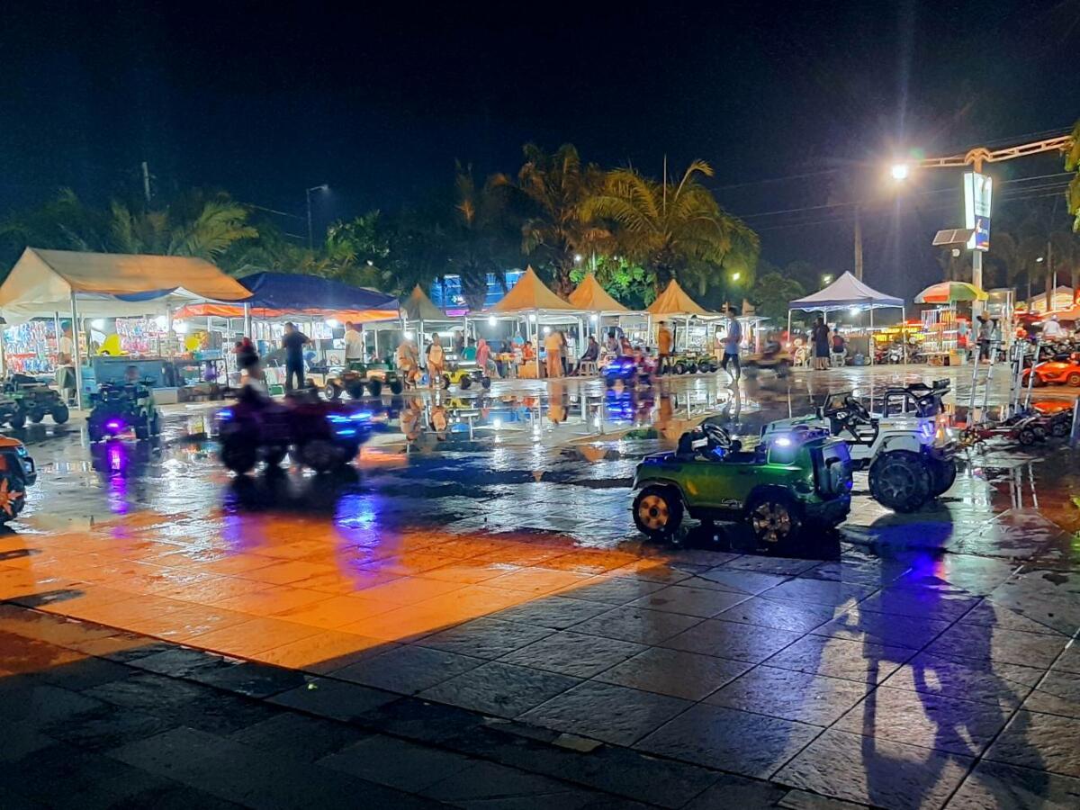 suasana ramai di pasar malam Taman Pancasila