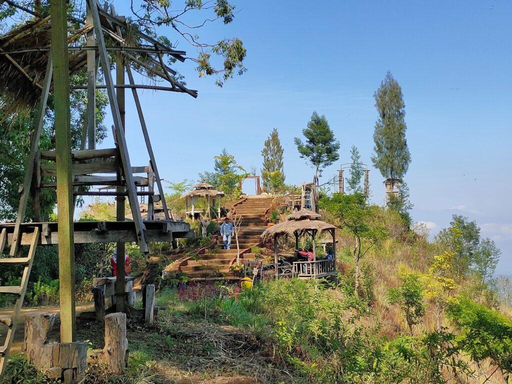 Gardu pandang yang disediakan sebagai tempat santai sekaligus berfoto