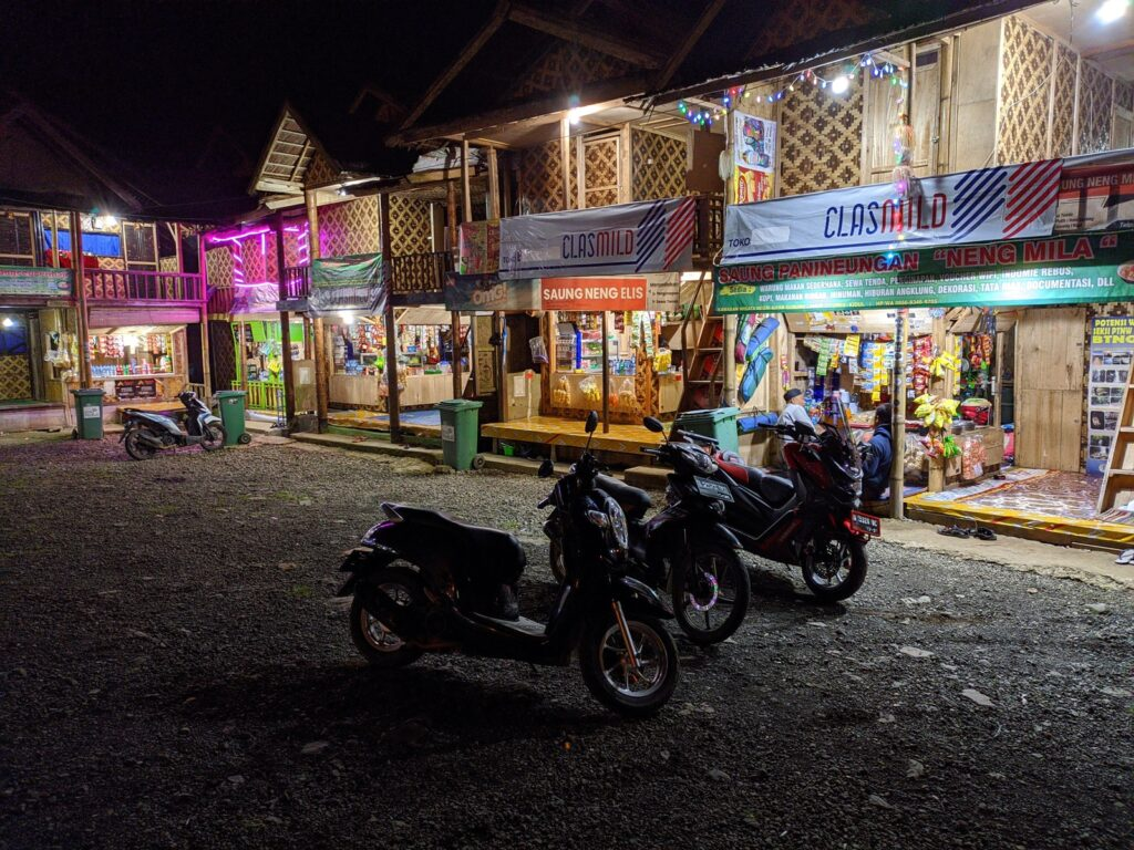 Kios dan warung lesehan berjejer di kawasan Gunung Luhur