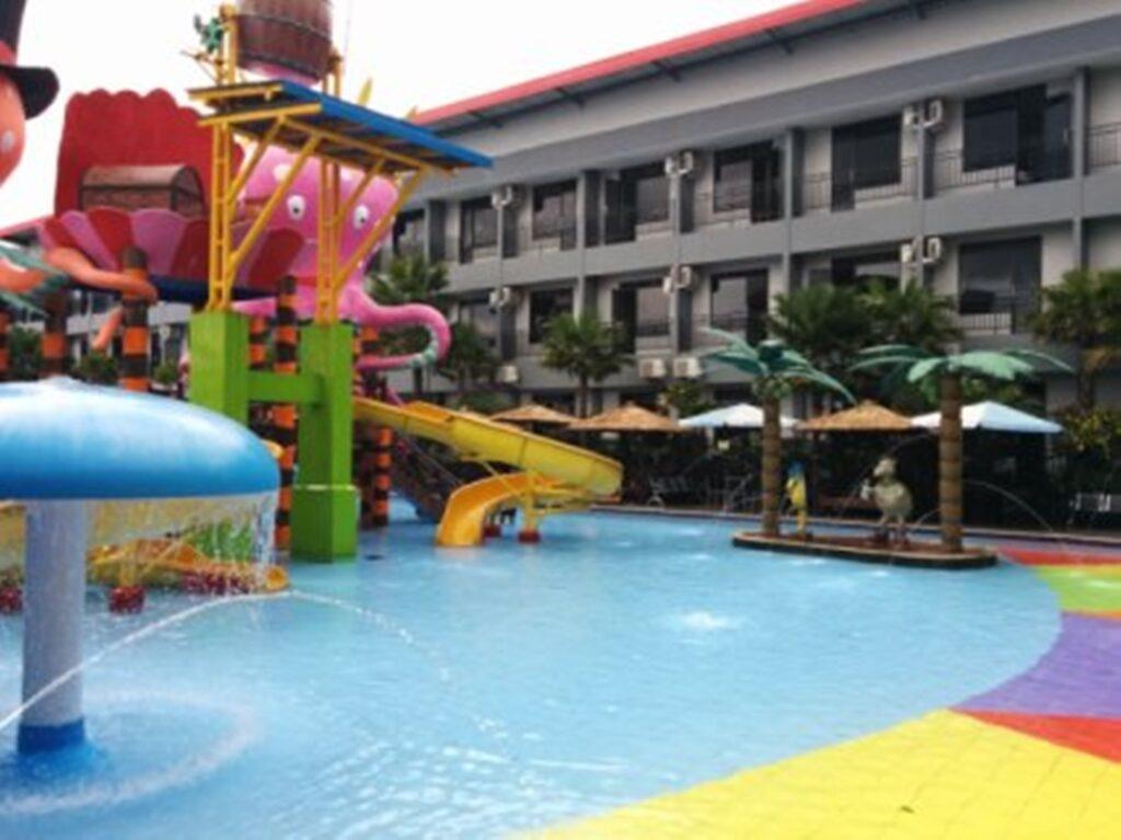 Wahana permainan di kolam renang anak-anak