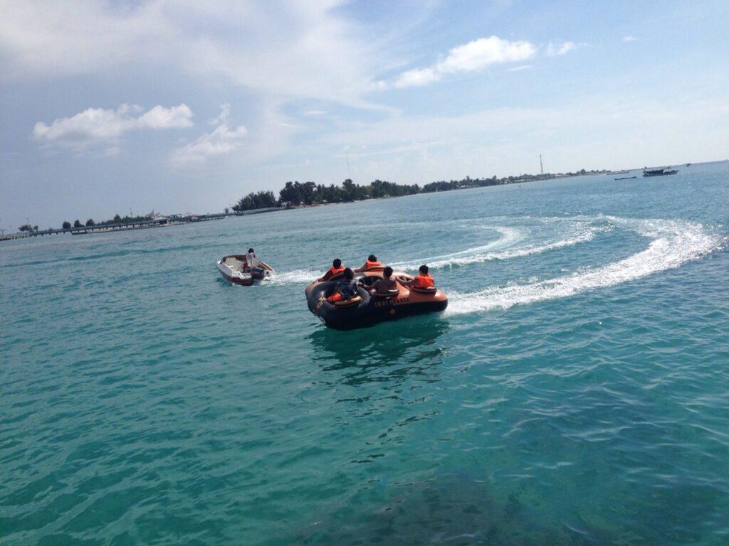 wisatawan menaiki salah satu wahana watersport