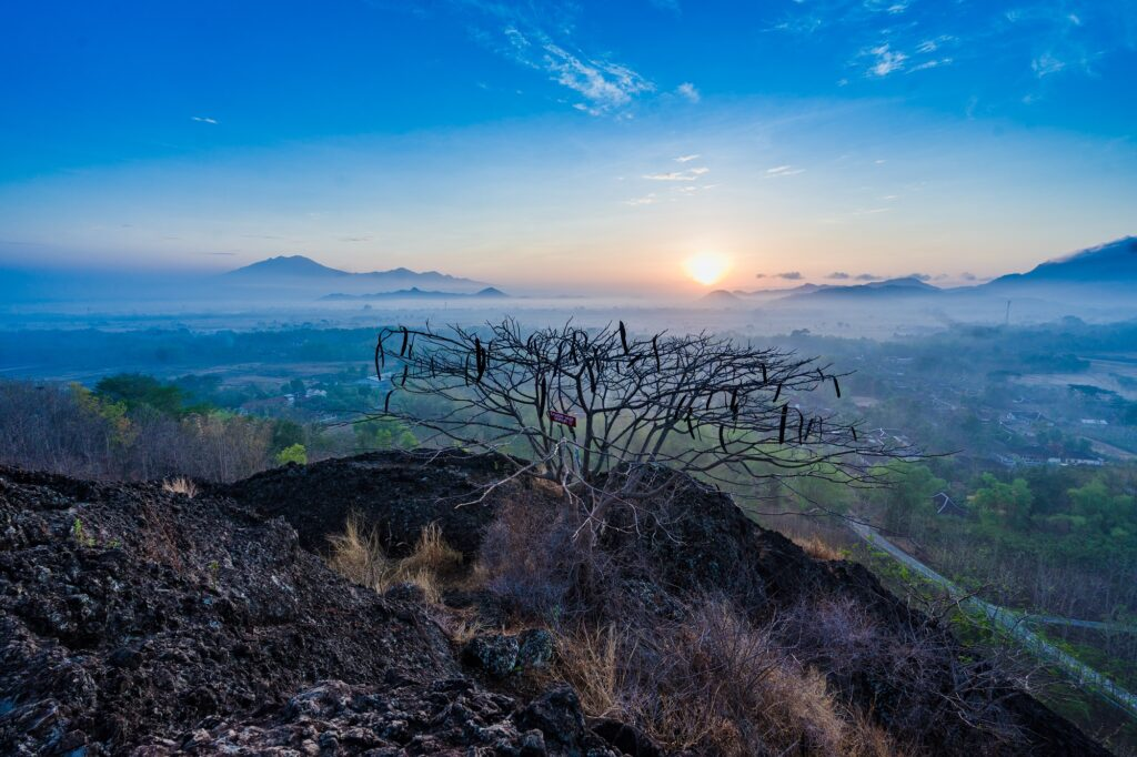 Indahnya Matahari Terbit dari Puncak Gunung Sepikul