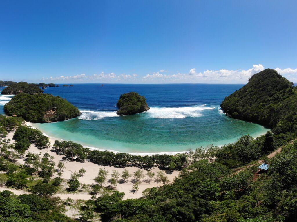 panorama pantai dengan formasi pulau karang
