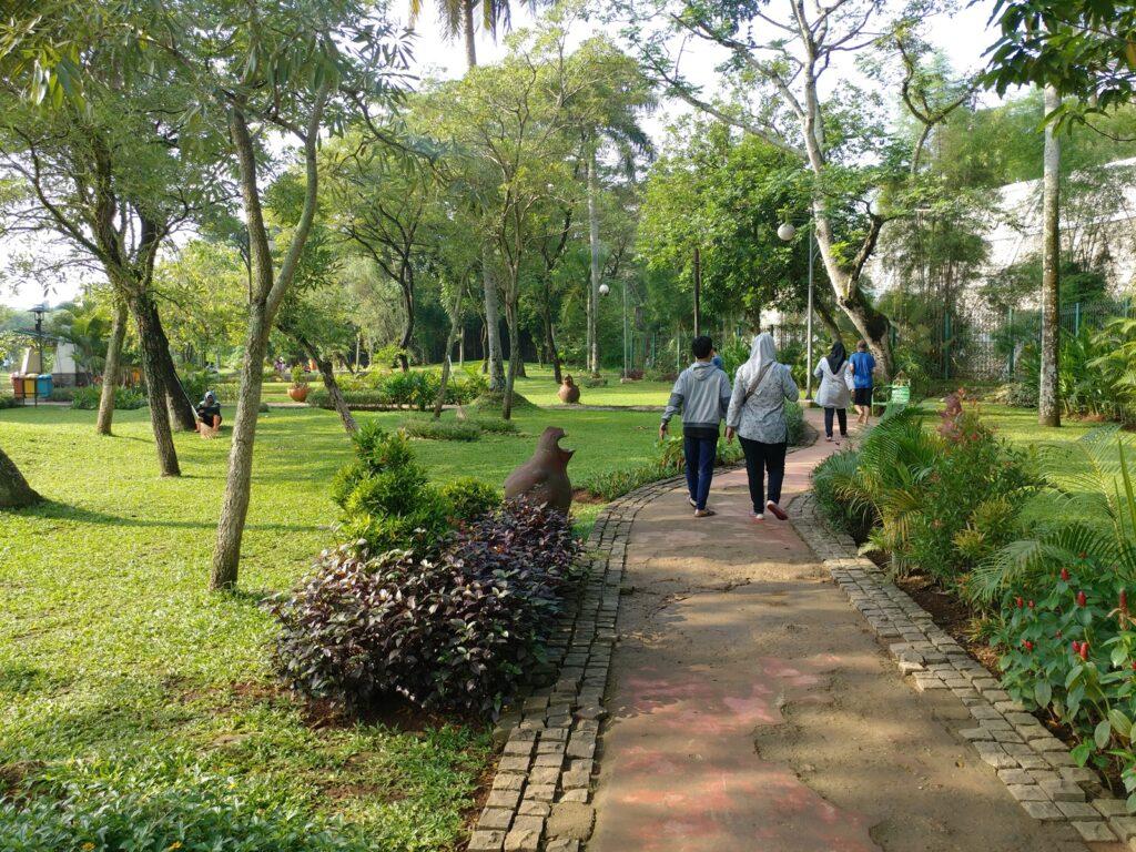 Jalur pedestrian Taman Tabebuya