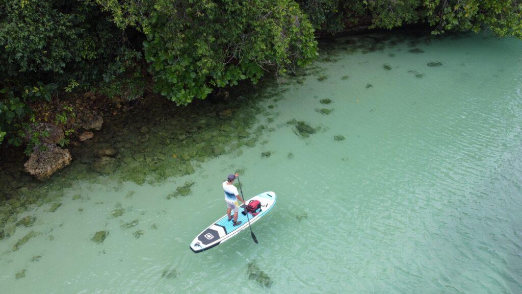 wisatawan menikmati area sekitar pulau yang asri