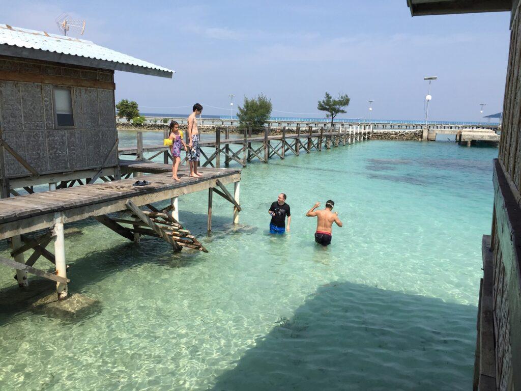 Wisatawan bersiap berenang di Tidung Lagoon Resort Pulau Tidung