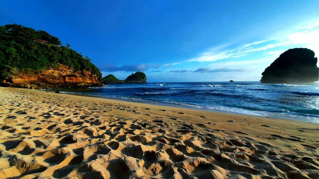 Hamparan pasir lembut dan laut lepas