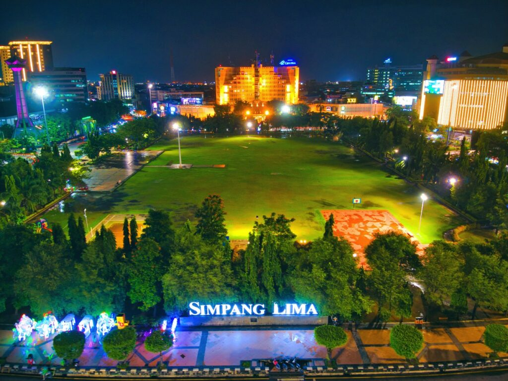 Lapangan Simpang Lima Semarang malam hari