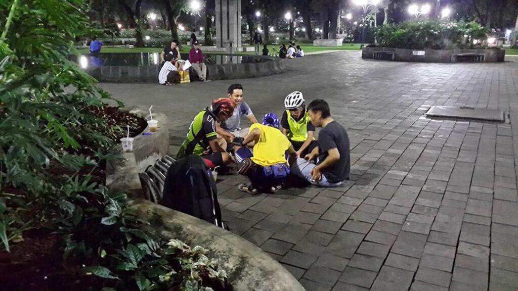 Pengunjung berkumpul di salah satu sudut taman pada malam hari
