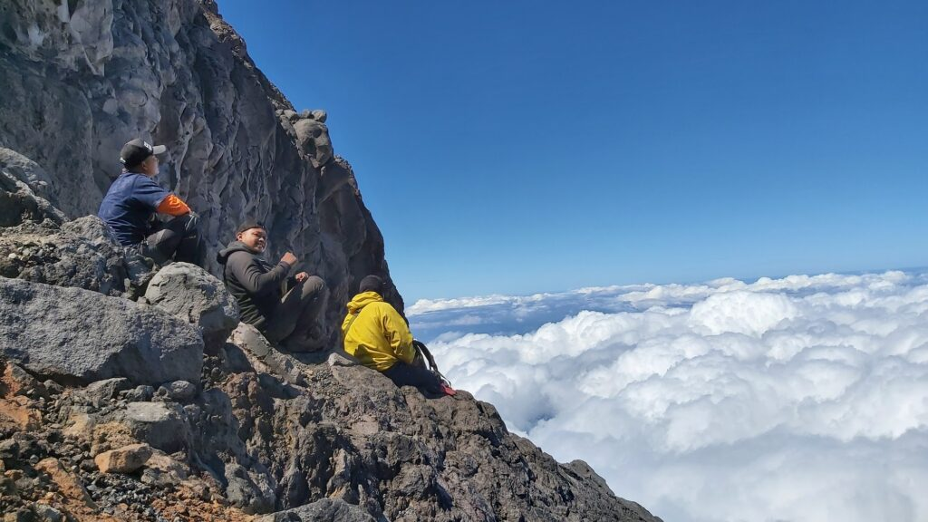 Duduk di puncak dengan pemandangan lautan awan