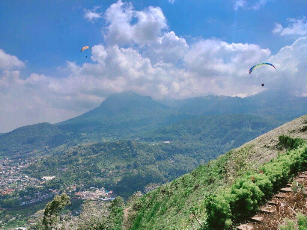 Wisata Paralayang tempat wisata di Malang dengan area pegunungan