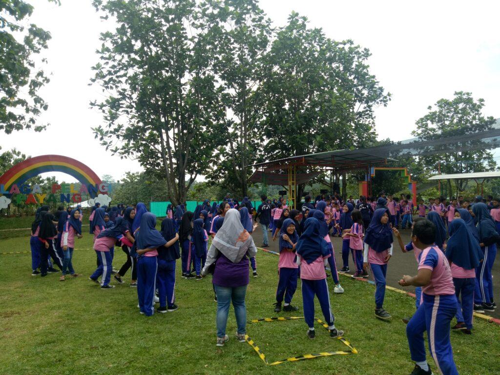 Anak-anak menikmati kegiatan outbond