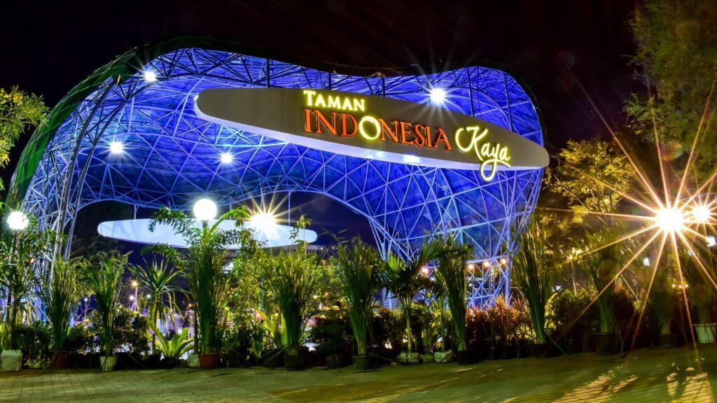 Panggung Hiburan Taman Indonesia Kaya di Malam Hari