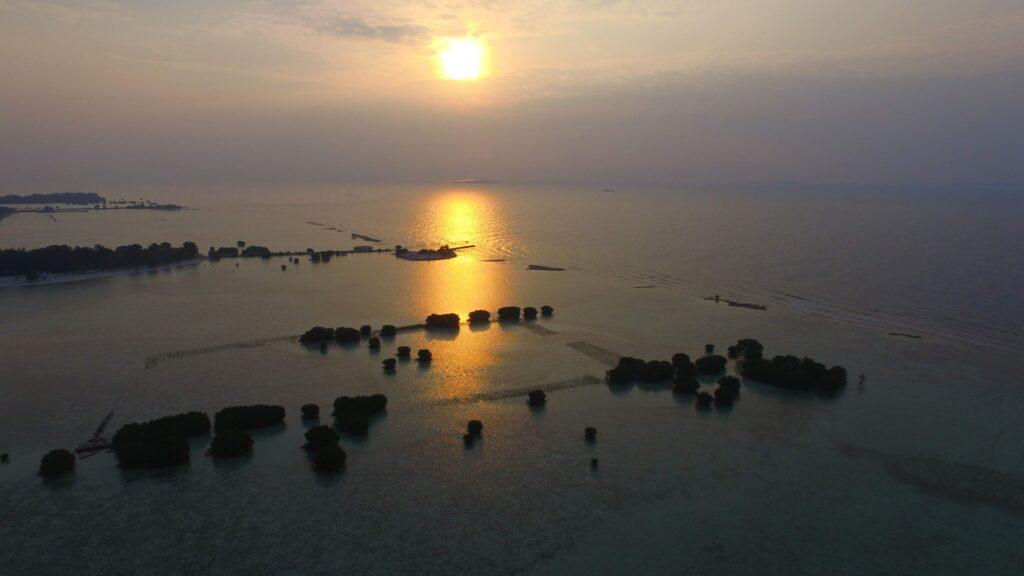 matahari bersiap kembali ke peraduan di pulau pari