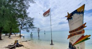 Pantai Bintang dengan pemandangan laut yang biru