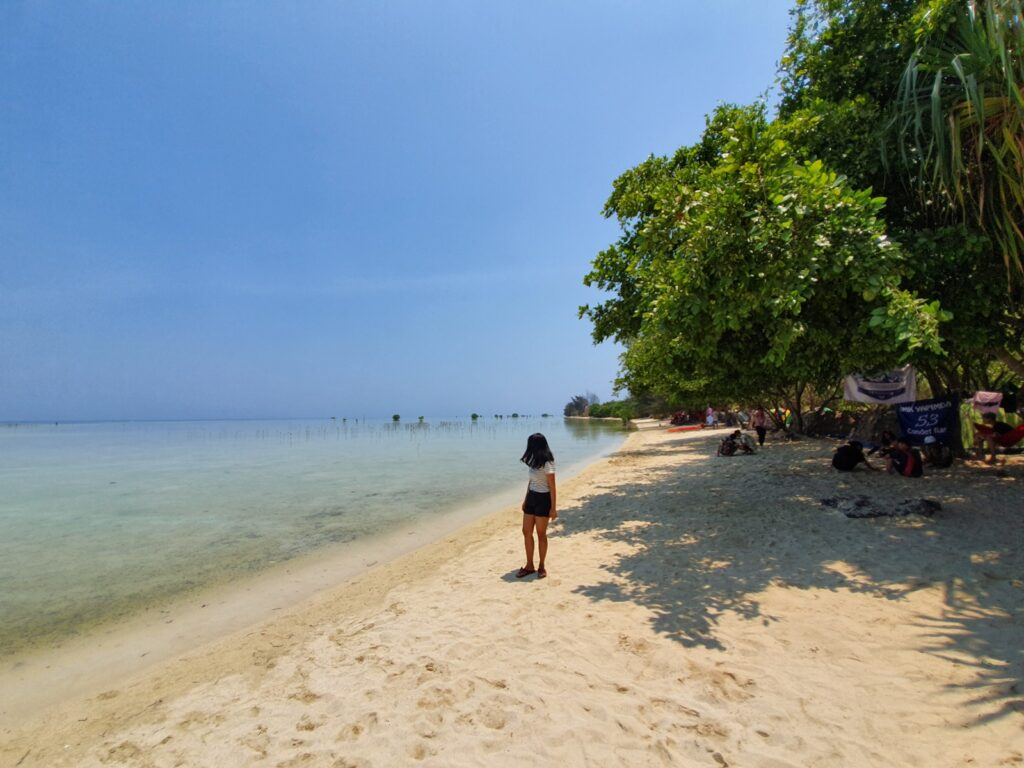menikmati hangatnya matahari Pantai Pasir Perawan Pulau Pari