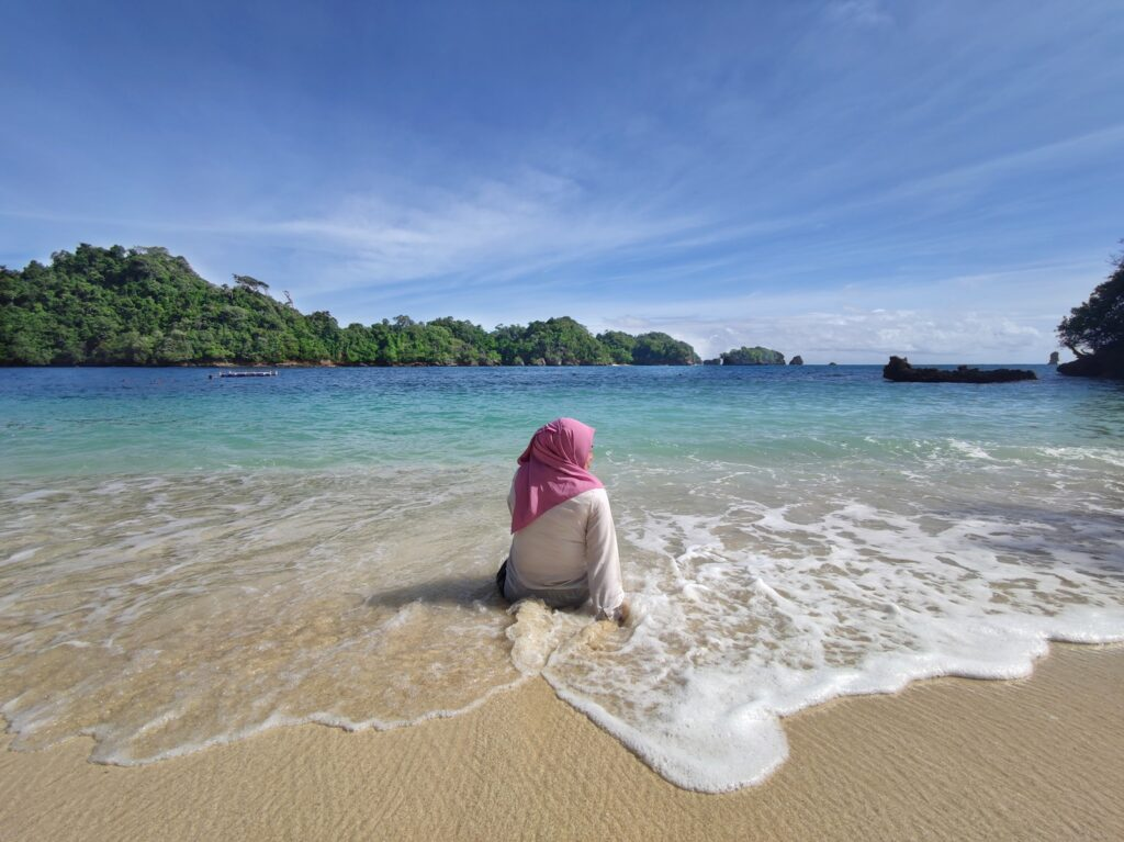 Bersantai di tepi Pantai Tiga Warna