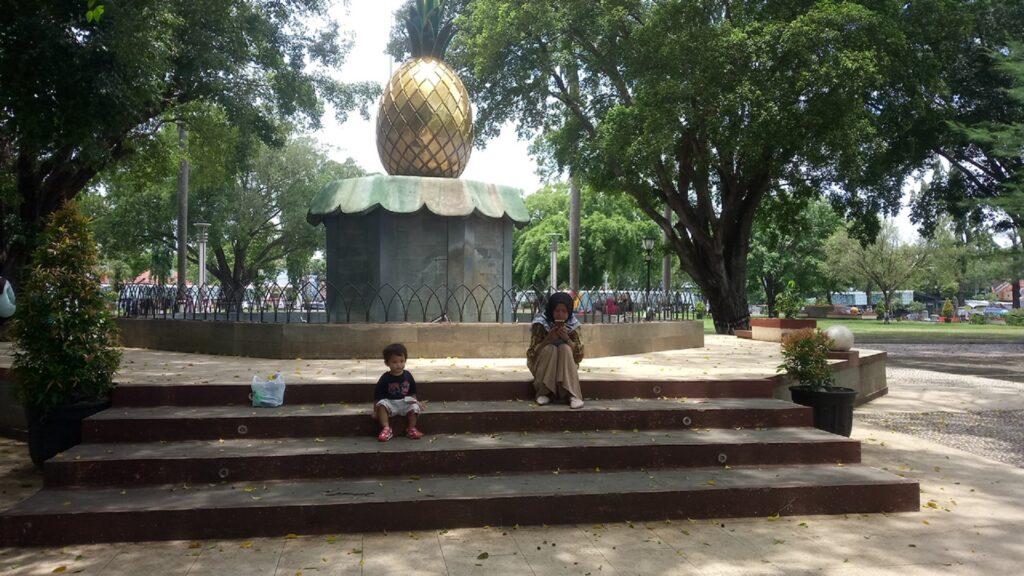Patung Nanas Madu Belik