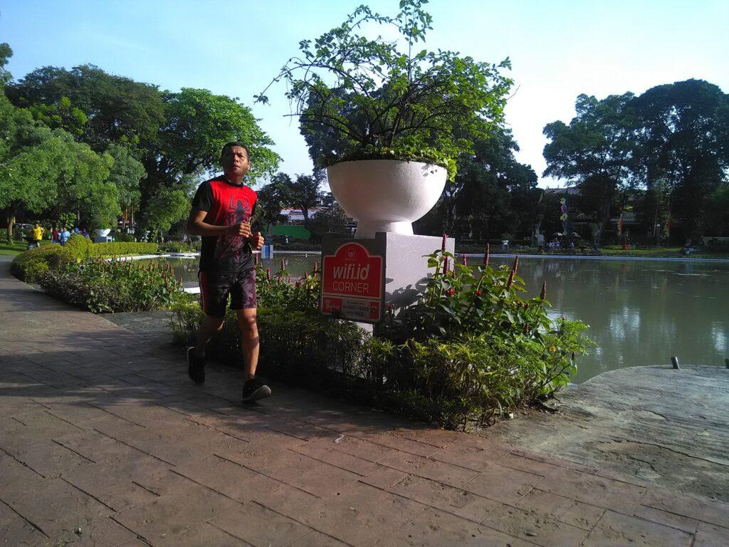 Jogging mengelilingi danau Taman Situ Lembang