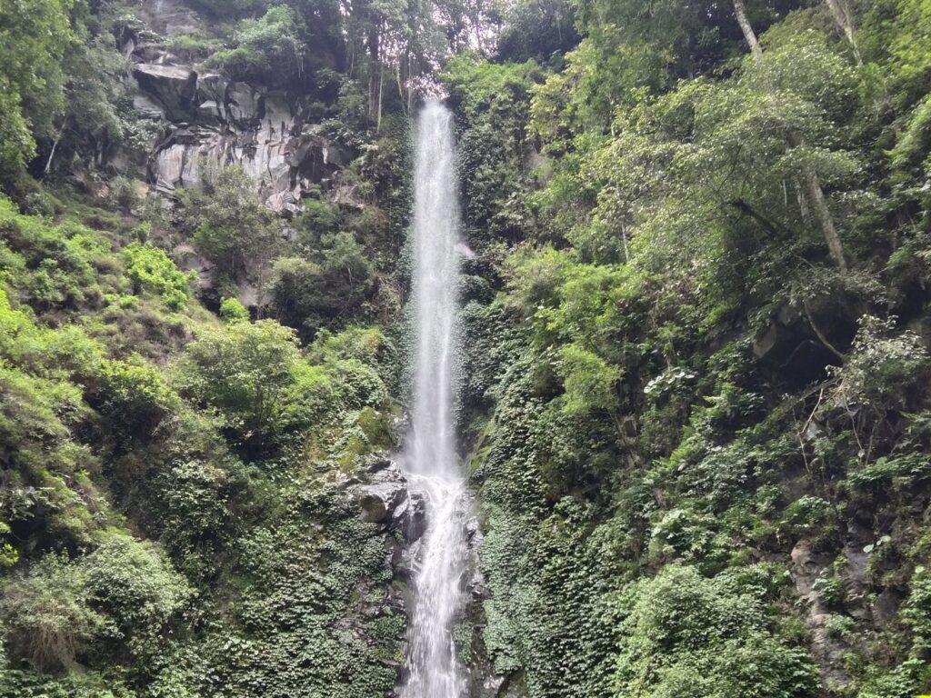 Air terjun di ketinggian tebing