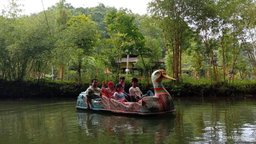 Boon Pring tempat wisata di Malang yang memiliki telaga hijau banyak wahana