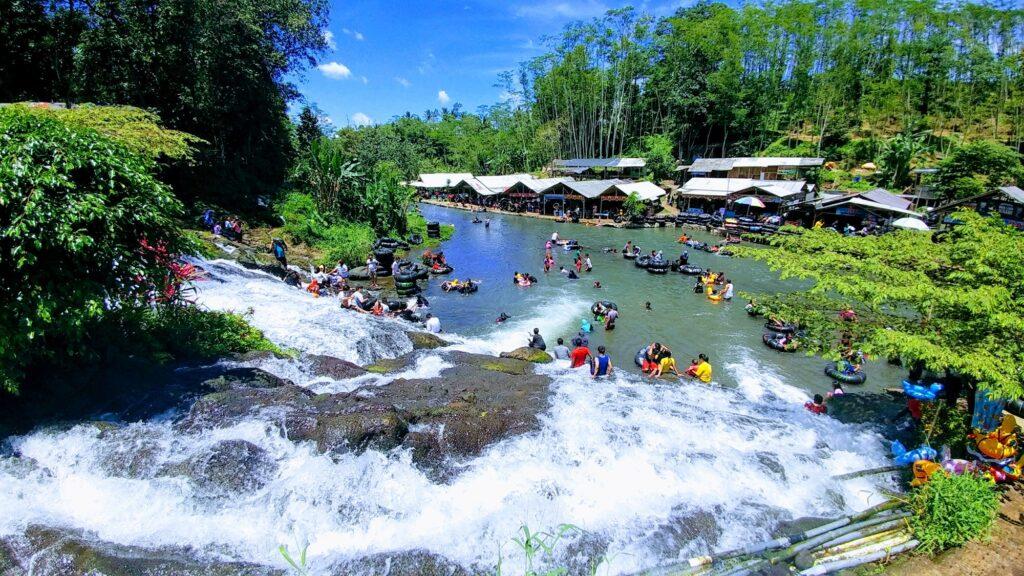 Sumber Maron tempat wisata di Malang dengan aktivitas berenang di sungai alami