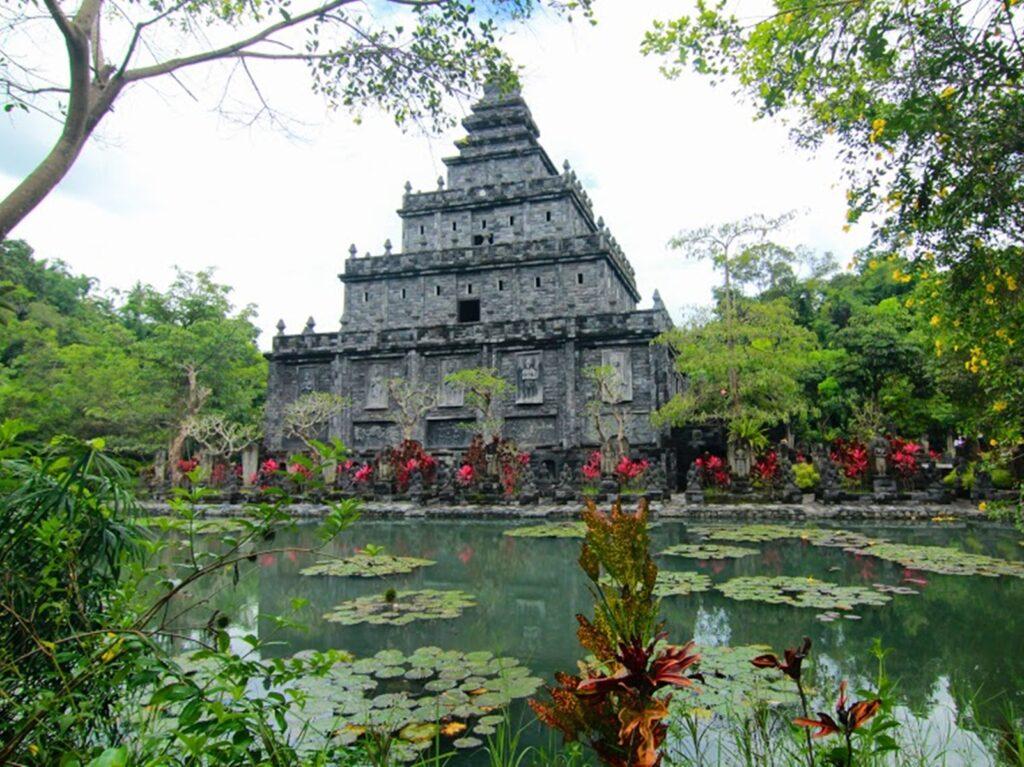Lembah Tumpang Resort tempat wisata di Malang memiliki replika candi