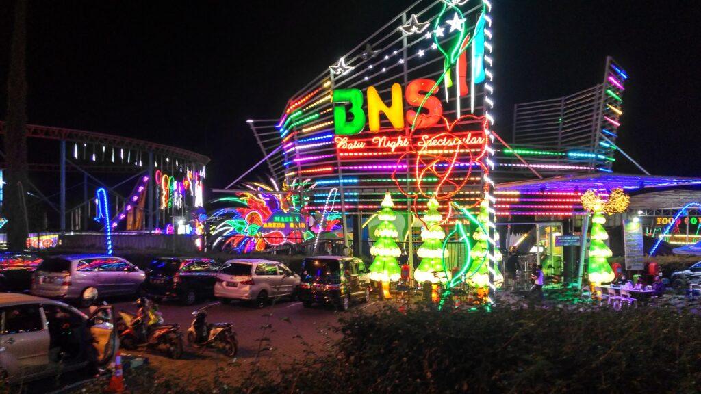 Meriahnya dekorasi lampu BNS