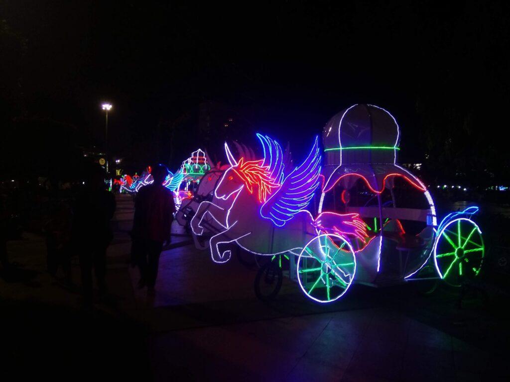 Sepeda Tandem yang Dihias dengan Lampu Unik