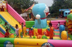 Anak-anak meramaikan wahana Istana Balon