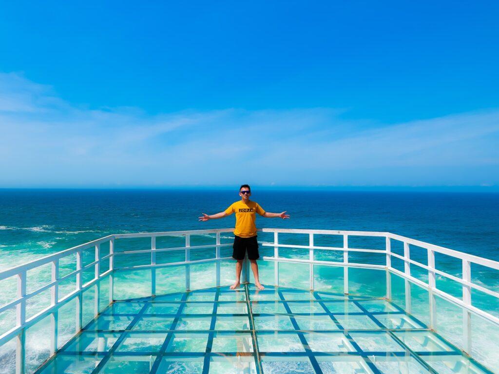 Teras Kaca Nguluran Tempat wisata di Jogja dengan anjungan kaca tepi pantai