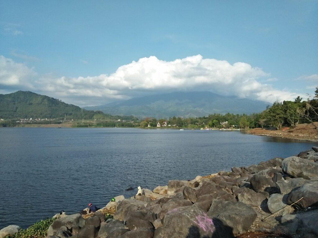 taman selorejo tempat wisata di Malang dengan danau berlatar pegunungan