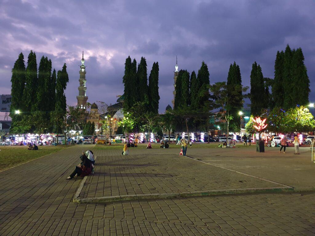 Wisatawan Menikmati Malam di Alun-alun