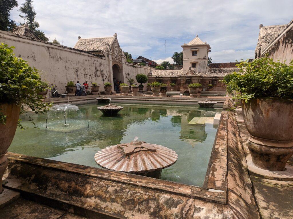 Area kolam taman safari salah satu Tempat wisata di Jogja bertema budaya